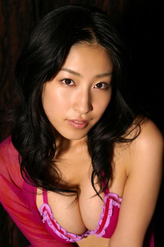【おっぱい】グラビアアイドルから女優も幅広くマルチにこなしていた佐藤寛子さんのおっぱい画像がエロすぎる!【30枚】 14