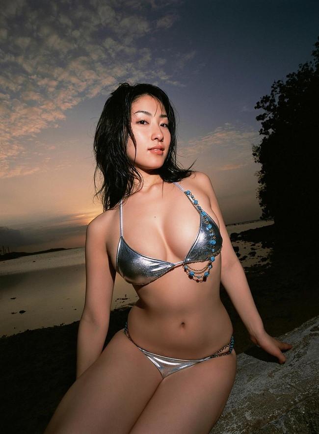 【おっぱい】グラビアアイドルから女優も幅広くマルチにこなしていた佐藤寛子さんのおっぱい画像がエロすぎる!【30枚】 17