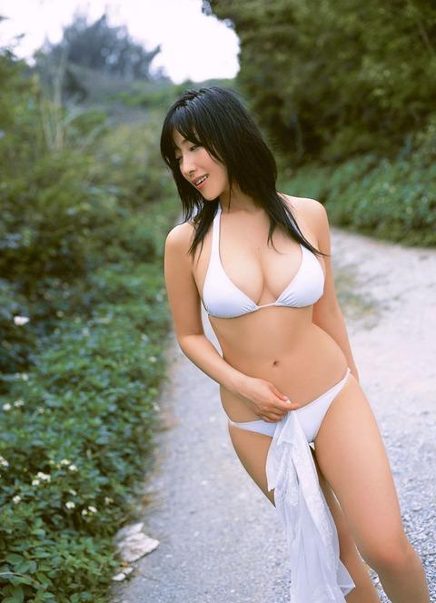 【おっぱい】グラビアアイドルから女優も幅広くマルチにこなしていた佐藤寛子さんのおっぱい画像がエロすぎる!【30枚】 21