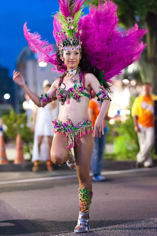 【おっぱい】サンバのリズムで踊りまくっているカーニバルを楽しむ女性のおっぱい画像がエロすぎる!【30枚】 01