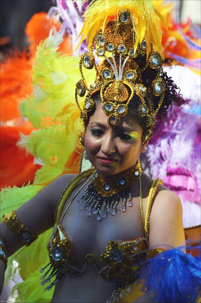 【おっぱい】サンバのリズムで踊りまくっているカーニバルを楽しむ女性のおっぱい画像がエロすぎる!【30枚】 04