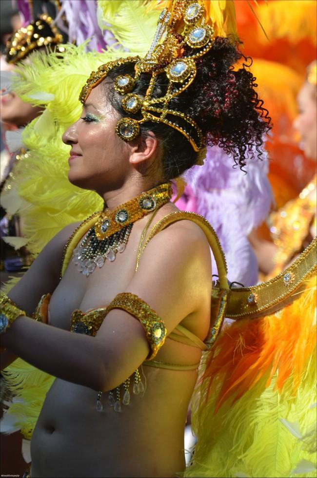 【おっぱい】サンバのリズムで踊りまくっているカーニバルを楽しむ女性のおっぱい画像がエロすぎる!【30枚】 05