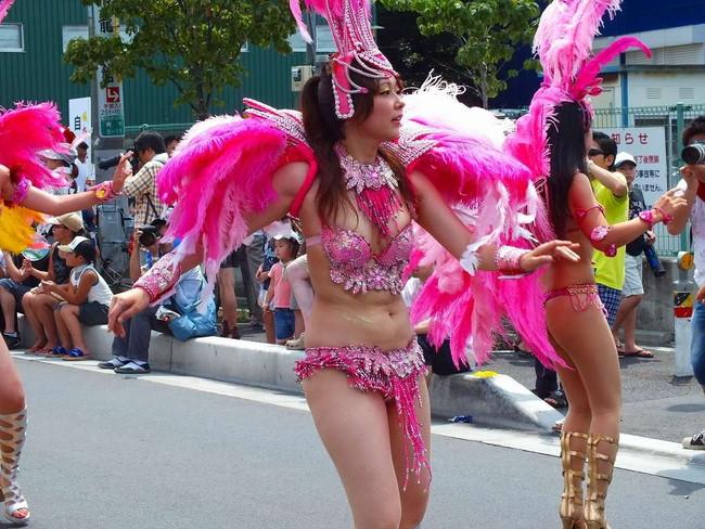 【おっぱい】サンバのリズムで踊りまくっているカーニバルを楽しむ女性のおっぱい画像がエロすぎる!【30枚】 06