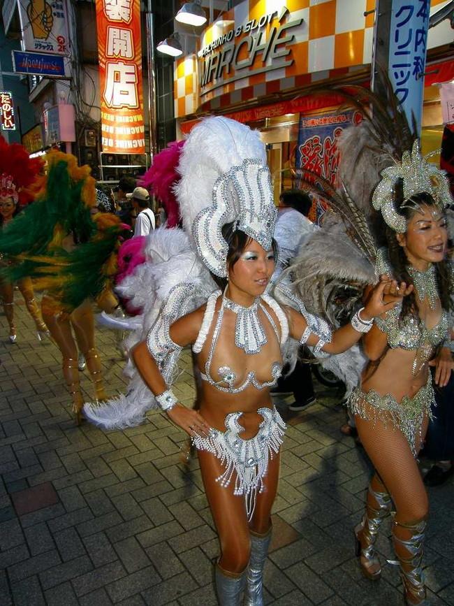 【おっぱい】サンバのリズムで踊りまくっているカーニバルを楽しむ女性のおっぱい画像がエロすぎる!【30枚】 07