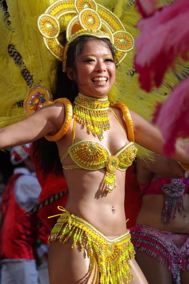 【おっぱい】サンバのリズムで踊りまくっているカーニバルを楽しむ女性のおっぱい画像がエロすぎる!【30枚】 08