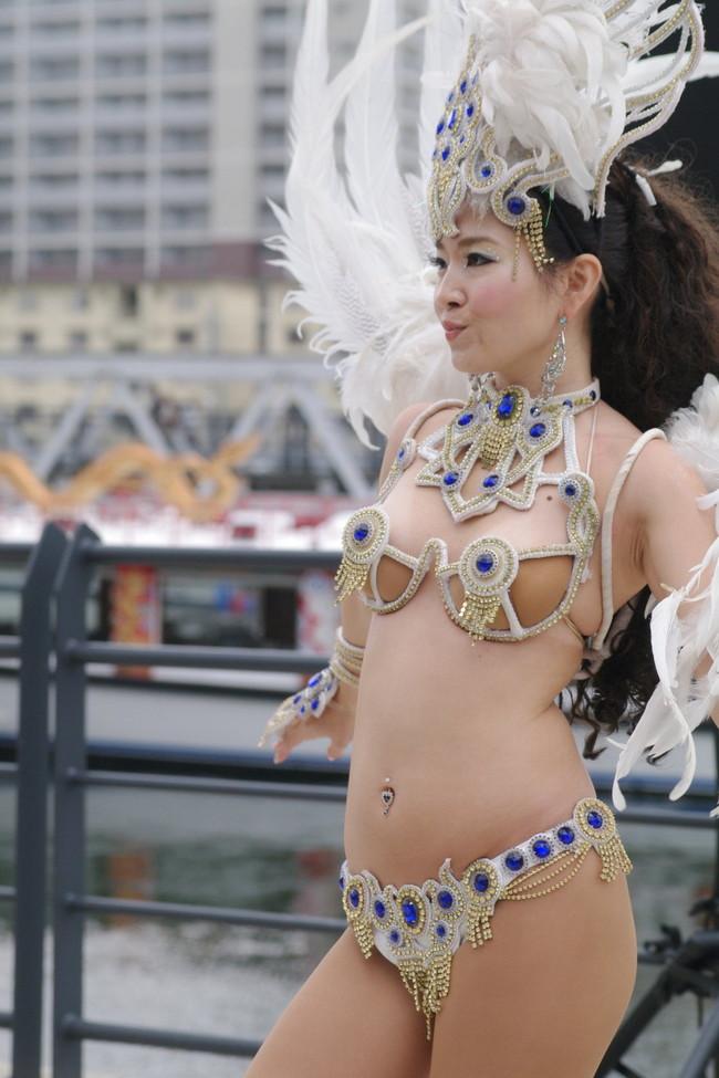 【おっぱい】サンバのリズムで踊りまくっているカーニバルを楽しむ女性のおっぱい画像がエロすぎる!【30枚】 09