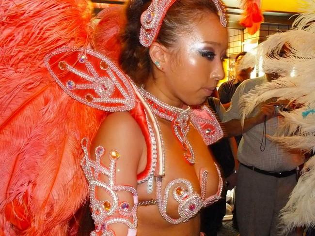 【おっぱい】サンバのリズムで踊りまくっているカーニバルを楽しむ女性のおっぱい画像がエロすぎる!【30枚】 12