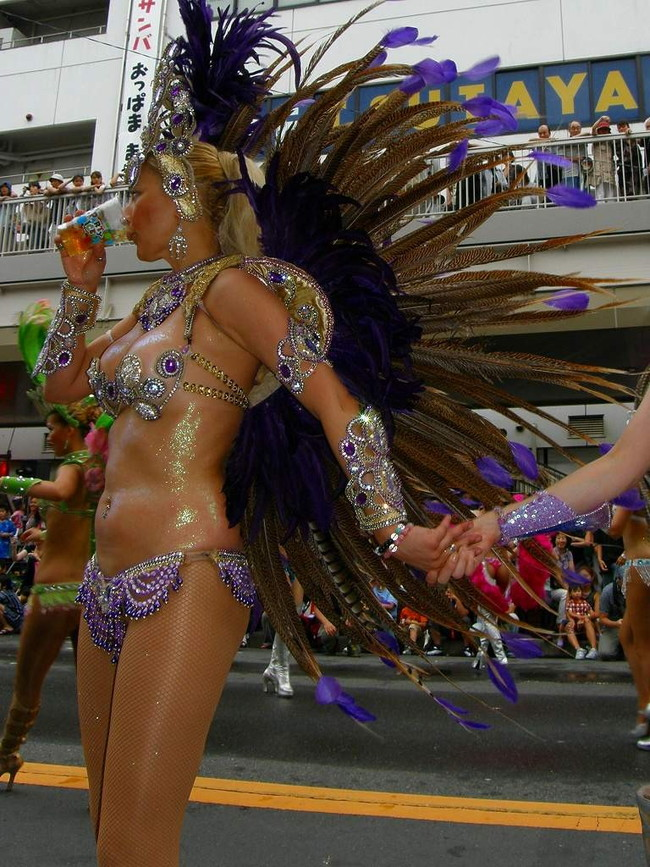 【おっぱい】サンバのリズムで踊りまくっているカーニバルを楽しむ女性のおっぱい画像がエロすぎる!【30枚】 13