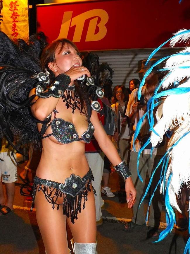 【おっぱい】サンバのリズムで踊りまくっているカーニバルを楽しむ女性のおっぱい画像がエロすぎる!【30枚】 14