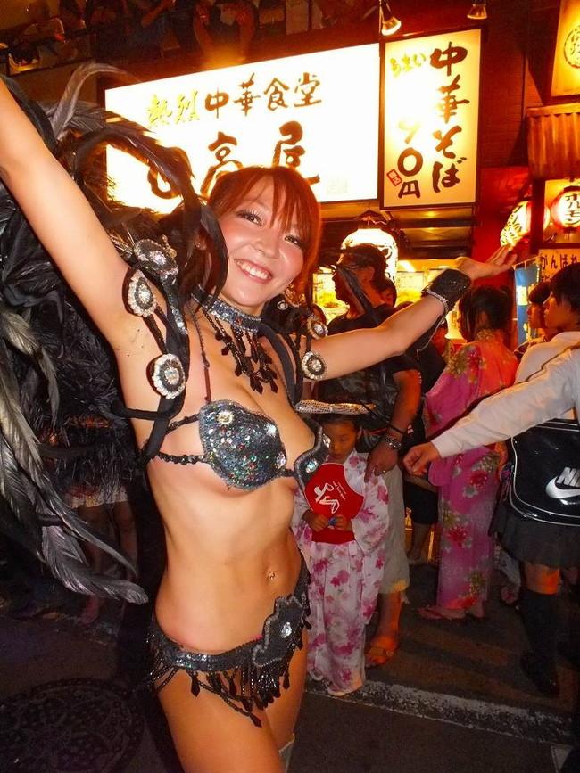 【おっぱい】サンバのリズムで踊りまくっているカーニバルを楽しむ女性のおっぱい画像がエロすぎる!【30枚】 15