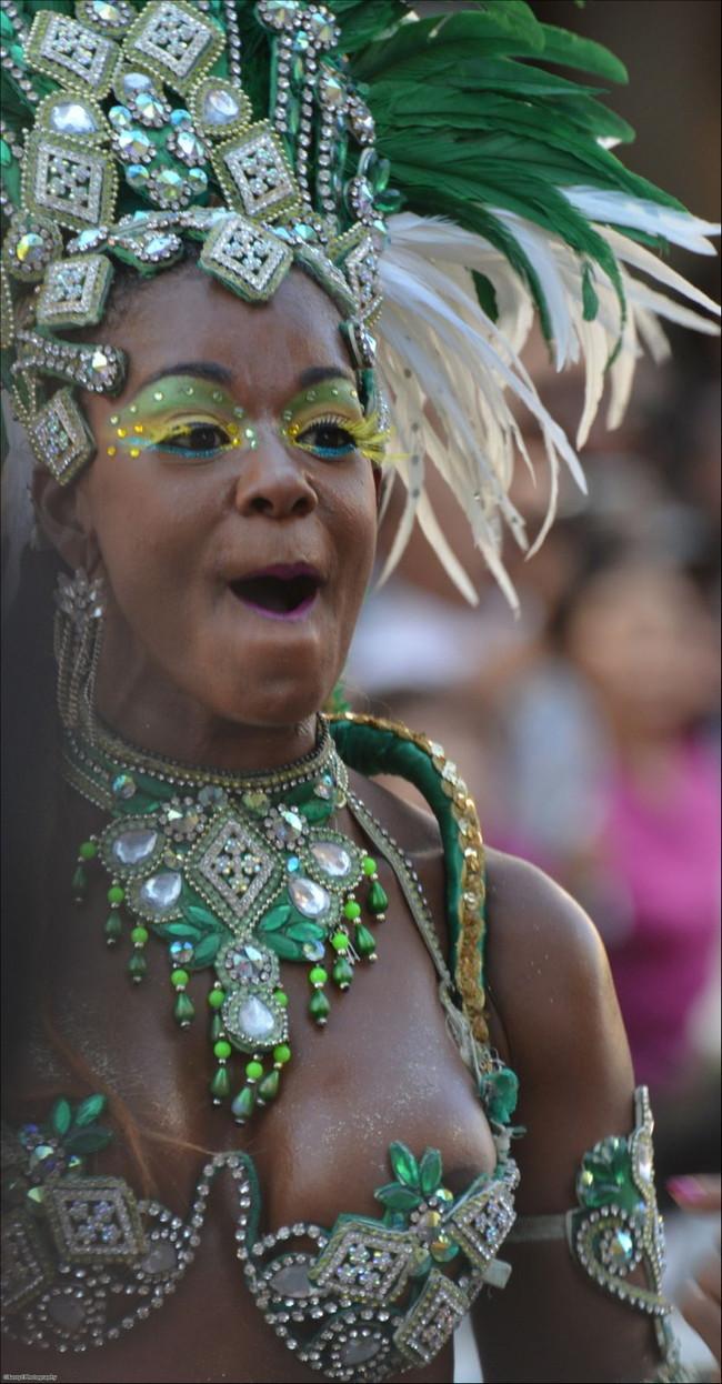 【おっぱい】サンバのリズムで踊りまくっているカーニバルを楽しむ女性のおっぱい画像がエロすぎる!【30枚】 16