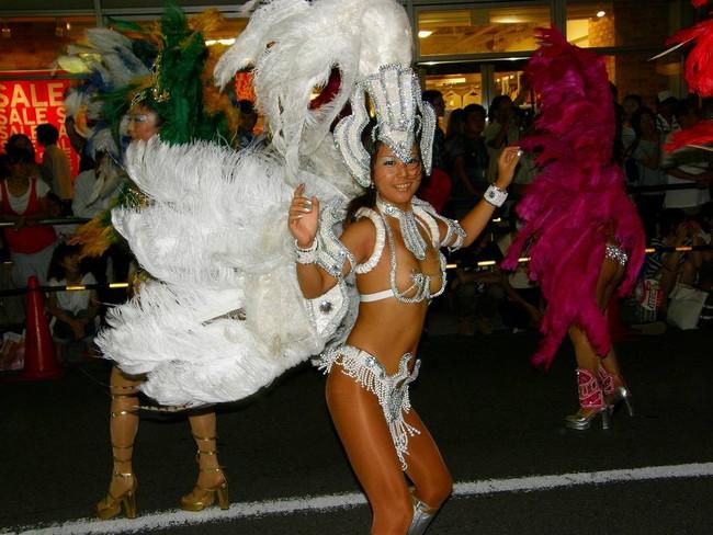 【おっぱい】サンバのリズムで踊りまくっているカーニバルを楽しむ女性のおっぱい画像がエロすぎる!【30枚】 17