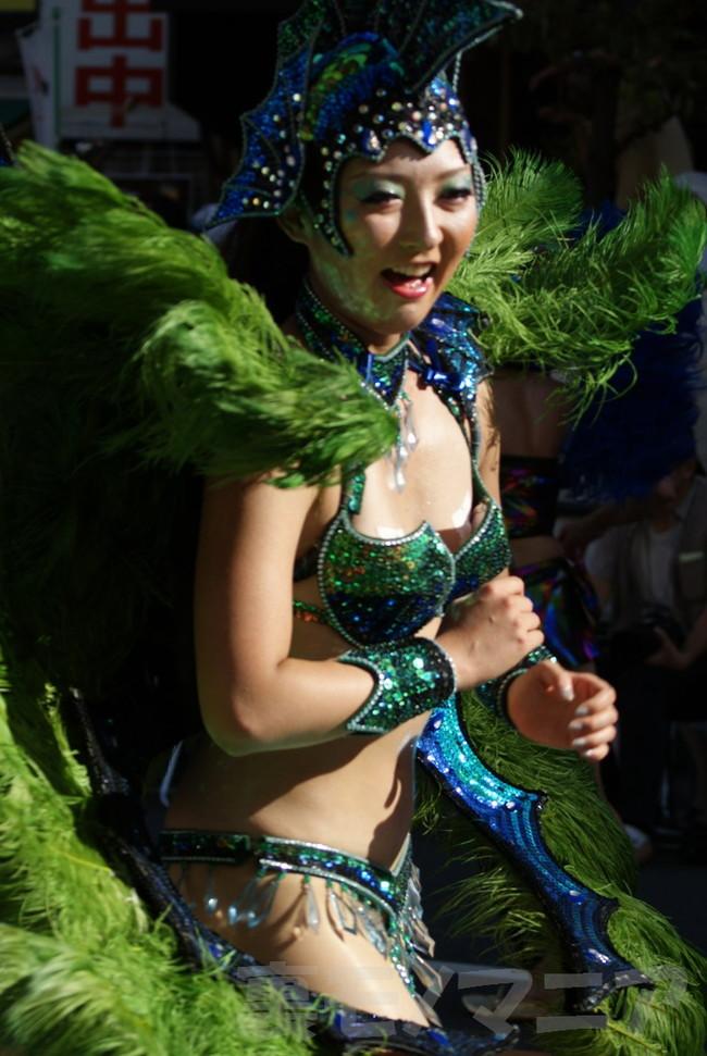 【おっぱい】サンバのリズムで踊りまくっているカーニバルを楽しむ女性のおっぱい画像がエロすぎる!【30枚】 18