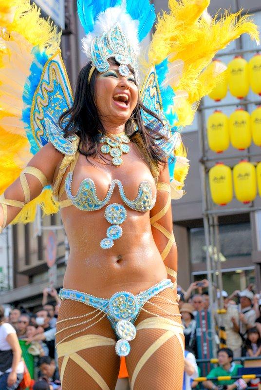 【おっぱい】サンバのリズムで踊りまくっているカーニバルを楽しむ女性のおっぱい画像がエロすぎる!【30枚】 19