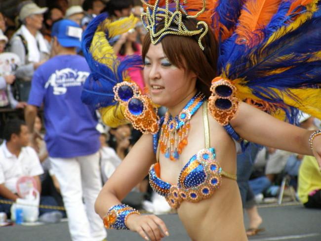 【おっぱい】サンバのリズムで踊りまくっているカーニバルを楽しむ女性のおっぱい画像がエロすぎる!【30枚】 21