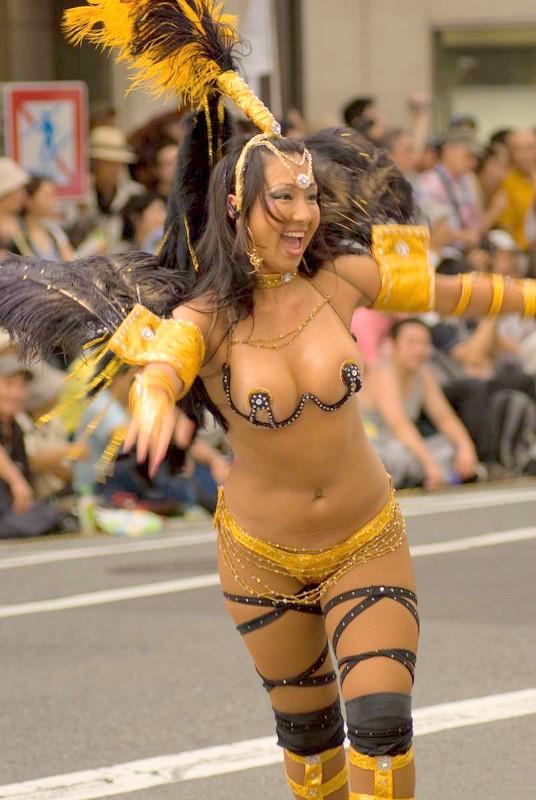 【おっぱい】サンバのリズムで踊りまくっているカーニバルを楽しむ女性のおっぱい画像がエロすぎる!【30枚】 23