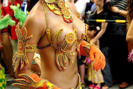 【おっぱい】サンバのリズムで踊りまくっているカーニバルを楽しむ女性のおっぱい画像がエロすぎる!【30枚】 24