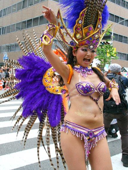 【おっぱい】サンバのリズムで踊りまくっているカーニバルを楽しむ女性のおっぱい画像がエロすぎる!【30枚】 26
