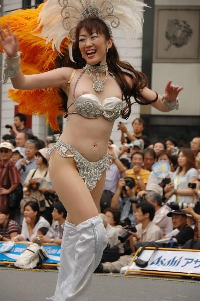 【おっぱい】サンバのリズムで踊りまくっているカーニバルを楽しむ女性のおっぱい画像がエロすぎる!【30枚】 27