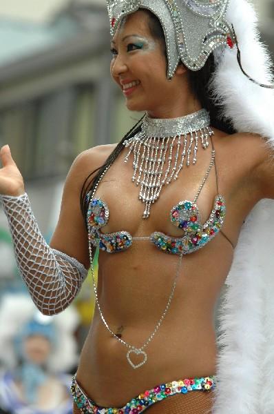 【おっぱい】サンバのリズムで踊りまくっているカーニバルを楽しむ女性のおっぱい画像がエロすぎる!【30枚】 28