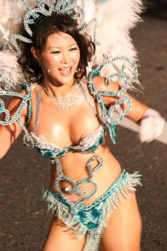 【おっぱい】サンバのリズムで踊りまくっているカーニバルを楽しむ女性のおっぱい画像がエロすぎる!【30枚】 29