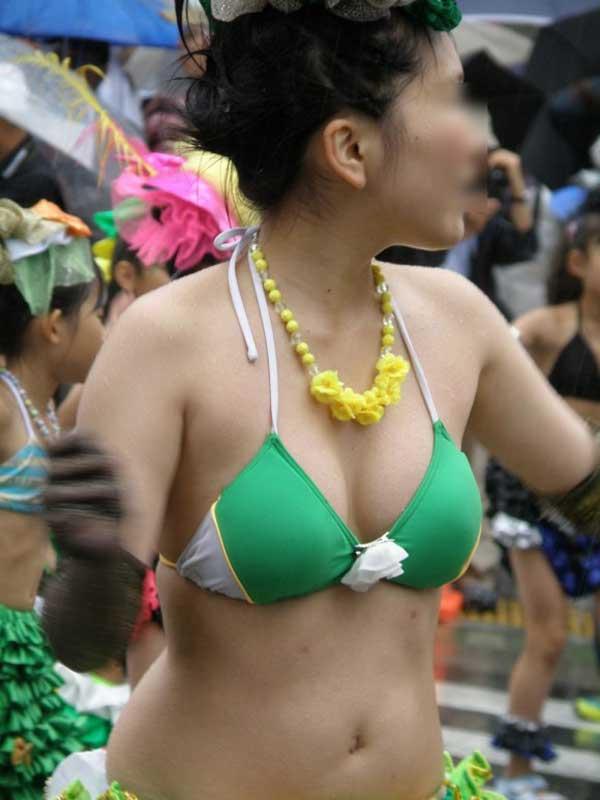 【おっぱい】サンバのリズムで踊りまくっているカーニバルを楽しむ女性のおっぱい画像がエロすぎる!【30枚】 30
