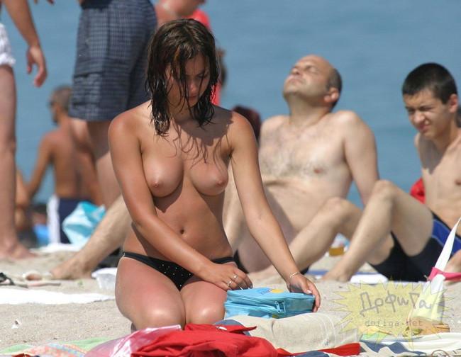 【おっぱい】ヌーディストビーチで何も着用せず裸をさらけ出している女性のおっぱい画像がエロすぎる!【30枚】 07