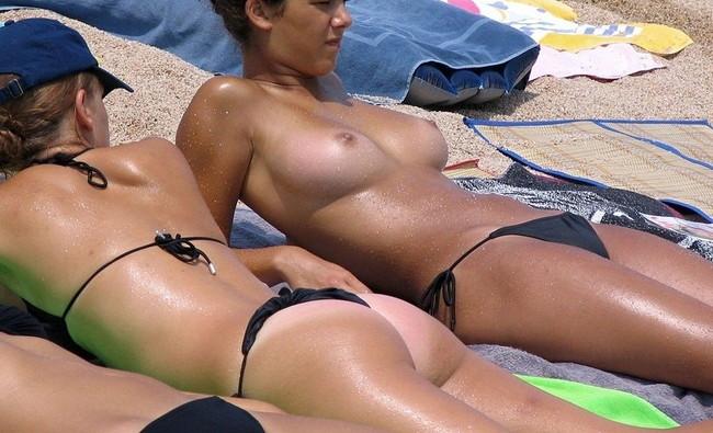 【おっぱい】ヌーディストビーチで何も着用せず裸をさらけ出している女性のおっぱい画像がエロすぎる!【30枚】 08