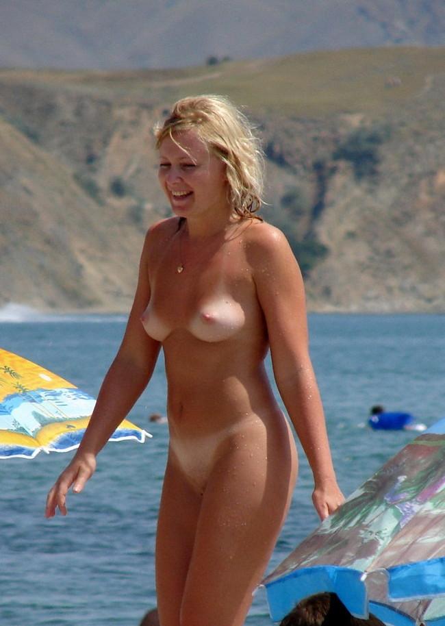 【おっぱい】ヌーディストビーチで何も着用せず裸をさらけ出している女性のおっぱい画像がエロすぎる!【30枚】 09