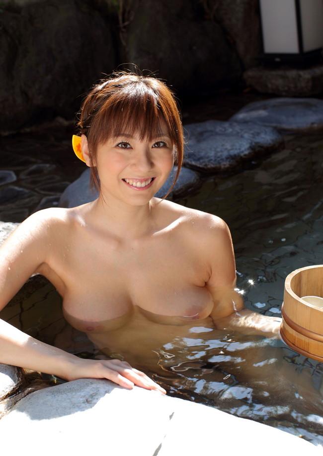 【おっぱい】露天風呂で覗かれたり、撮影されている女の子のおっぱい画像がエロすぎる!【30枚】 03