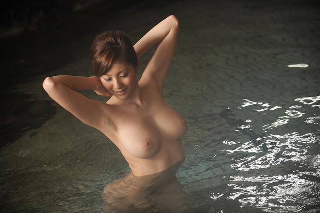 【おっぱい】露天風呂で覗かれたり、撮影されている女の子のおっぱい画像がエロすぎる!【30枚】 06