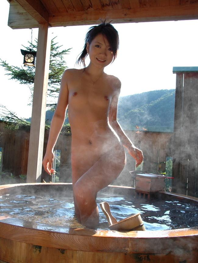 【おっぱい】露天風呂で覗かれたり、撮影されている女の子のおっぱい画像がエロすぎる!【30枚】 07