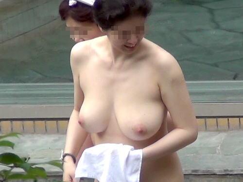 【おっぱい】露天風呂で覗かれたり、撮影されている女の子のおっぱい画像がエロすぎる!【30枚】 28