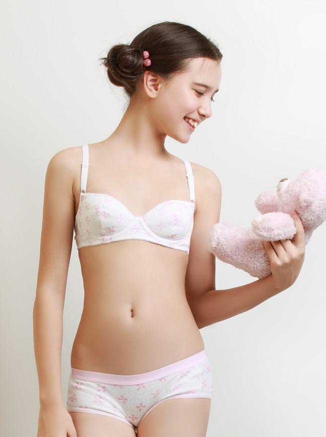 【下着モデル】スタイル抜群の美乳露出して下着モデルのカタログで笑顔でポーズ取ってるお姉さんやつるぺたロリ美少女がエロ可愛すぎる件 01