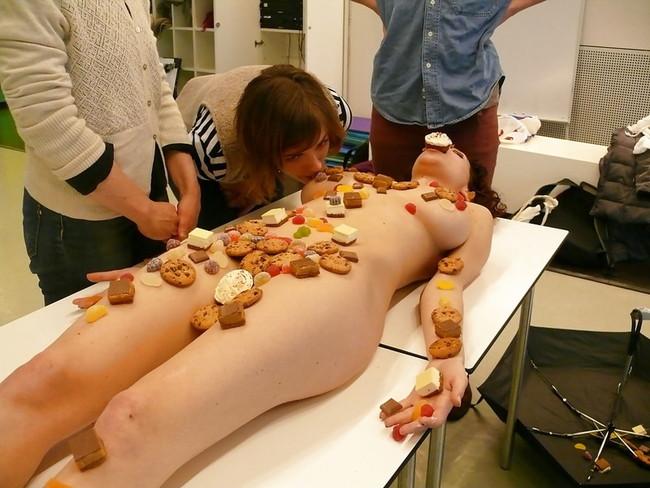 【おっぱい】お刺身やケーキ、そして私も召し上がれ!女体盛りで登場する女の子のおっぱい画像がエロすぎる!【30枚】 05