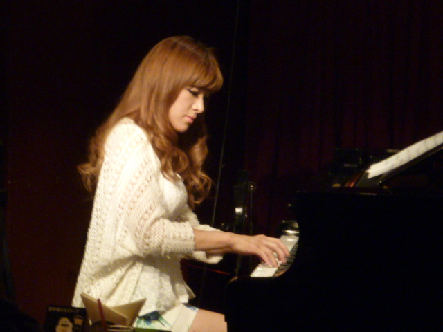 【おっぱい】Eカップの巨乳の持ち主でもあるピアニスト・高木里代子さんのおっぱい画像がエロすぎる!【30枚】 03