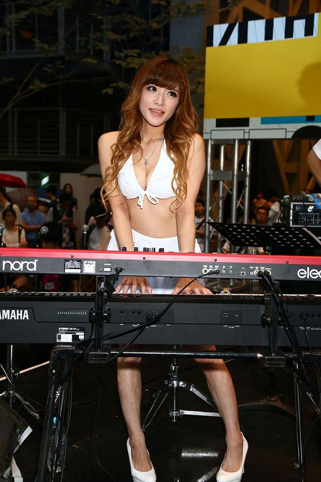 【おっぱい】Eカップの巨乳の持ち主でもあるピアニスト・高木里代子さんのおっぱい画像がエロすぎる!【30枚】 04