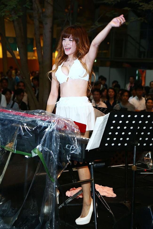 【おっぱい】Eカップの巨乳の持ち主でもあるピアニスト・高木里代子さんのおっぱい画像がエロすぎる!【30枚】 06