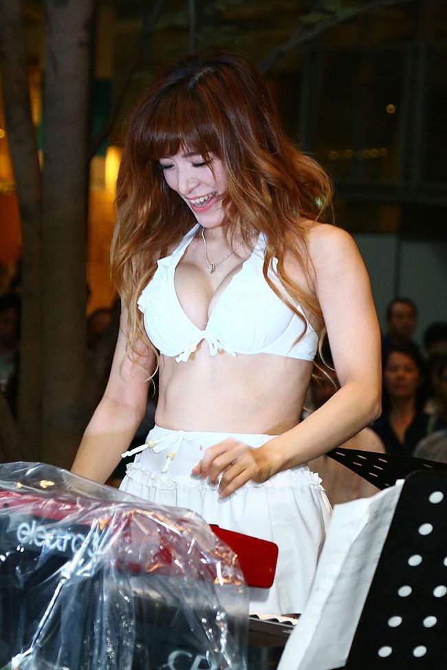 【おっぱい】Eカップの巨乳の持ち主でもあるピアニスト・高木里代子さんのおっぱい画像がエロすぎる!【30枚】 07