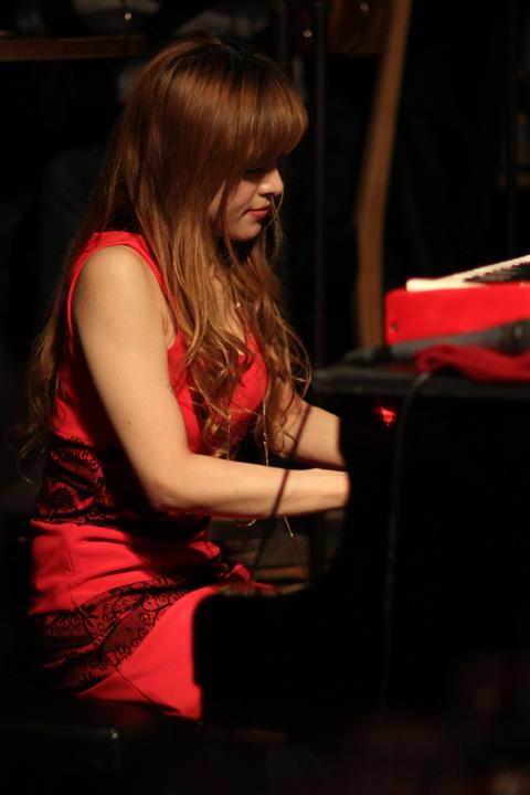 【おっぱい】Eカップの巨乳の持ち主でもあるピアニスト・高木里代子さんのおっぱい画像がエロすぎる!【30枚】 12