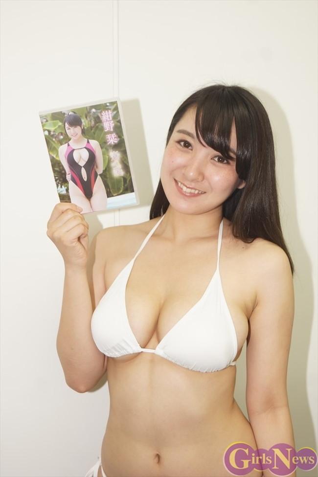 【おっぱい】肉つきが良く健康的!Fカップの巨乳ちゃん!紺野栞ちゃんのおっぱい画像がエロすぎる!【30枚】 24