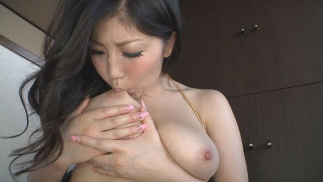 【おっぱい】大きなおっぱいをセルフパイ舐めをしている女の子のおっぱい画像がエロすぎる!【30枚】 04