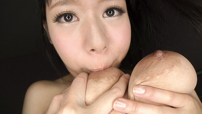 【おっぱい】大きなおっぱいをセルフパイ舐めをしている女の子のおっぱい画像がエロすぎる!【30枚】 12