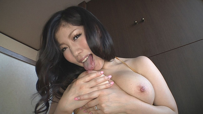 【おっぱい】大きなおっぱいをセルフパイ舐めをしている女の子のおっぱい画像がエロすぎる!【30枚】 13