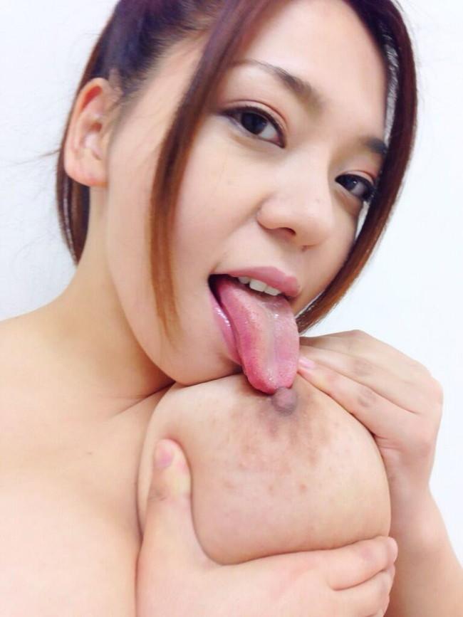 【おっぱい】大きなおっぱいをセルフパイ舐めをしている女の子のおっぱい画像がエロすぎる!【30枚】 27