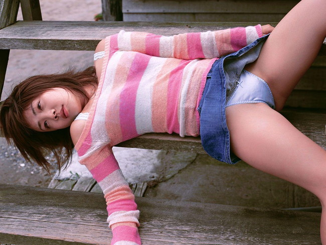 【おっぱい】デニムスカートがはだけてエッチな格好になっちゃっている女の子のおっぱい画像がエロすぎる!【30枚】 09