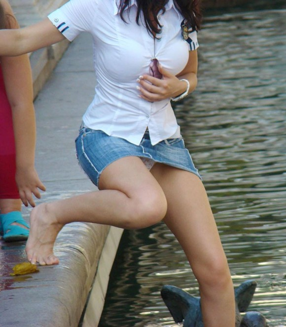 【おっぱい】デニムスカートがはだけてエッチな格好になっちゃっている女の子のおっぱい画像がエロすぎる!【30枚】 22