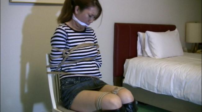【おっぱい】デニムスカートがはだけてエッチな格好になっちゃっている女の子のおっぱい画像がエロすぎる!【30枚】 24
