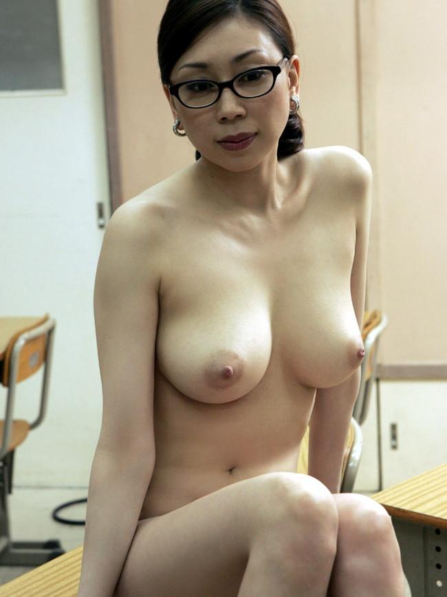 【おっぱい】危険な匂いを漂わせてエッチをするエロい女教師のおっぱい画像がエロすぎる!【30枚】