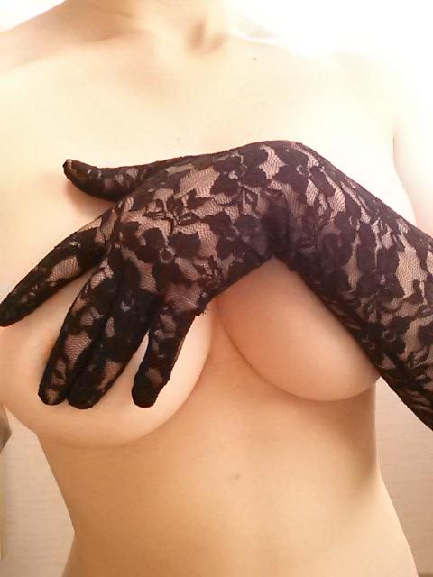 【おっぱい】手袋を装着したままエッチなことをしちゃっている女の子のおっぱい画像がエロすぎる!【30枚】 19